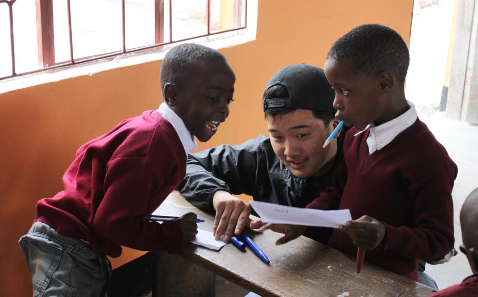 タンザニアで子供たちの学習をサポートする日本人高校生ボランティア